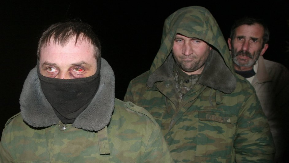Ukrajinští zajatci, které povstalci v noci na neděli vyměnili s ukrajinskou armádou.