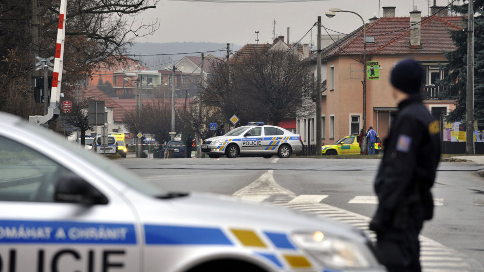 Policie při zásahu v Uherském Brodě na Uherskohradišťsku kvůli střelbě v hotelu Družba v centru města v roce 2015.