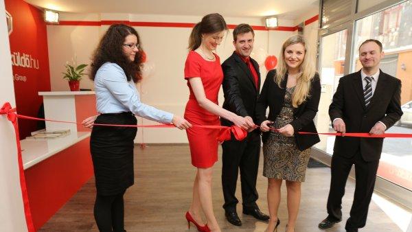 Simona Kijonková s týmem při slavnostním otevírání Zásilkovny v Maďarsku.