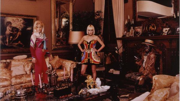Daniela Rossellová: Bez názvu (Inge a její matka Emma v obývacím pokoji), fotografie, 2000