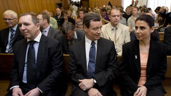 Vládci středních Čech u soudu. Petr Kott (vlevo) a Kateřina Kottová již znají verdikt, David Rath jej zřejmě vyslechne až v květnu.