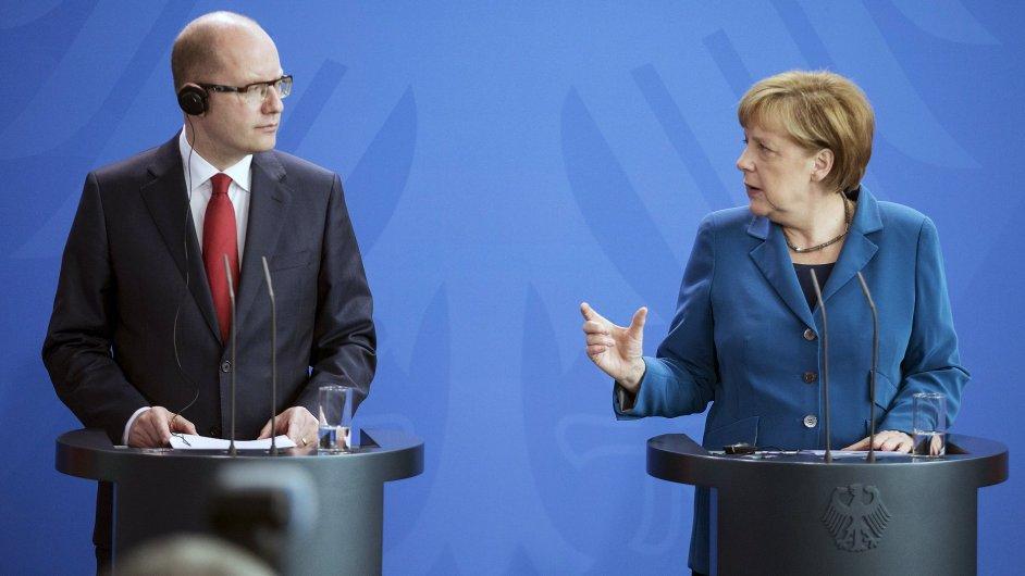 Premiér Sobotka a kancléřka Merkelová během tiskové konference v Berlíně.