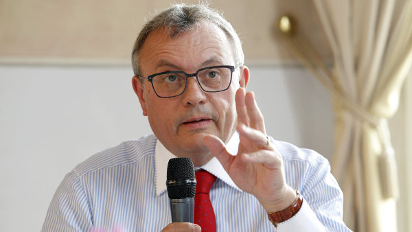 Senátory šéf Hospodářské komory Vladimír Dlouhý dopisem vyzval, aby návrh na zrušení karenční doby nepodpořili - Ilustrační foto.