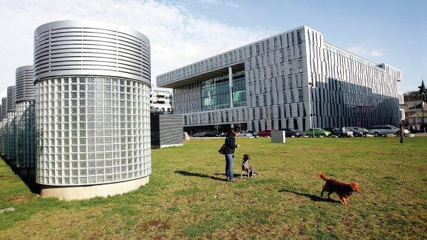 N�zkoenergetick� budova Amazon Court v Karl�n�. Na sn�mku budova s nas�vac�mi otvory pro tepeln� �erpadla