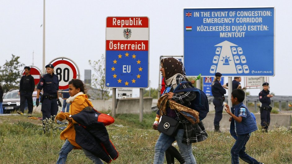 Maďarsko sváží migranty vlaky přímo k rakouským hranicím.