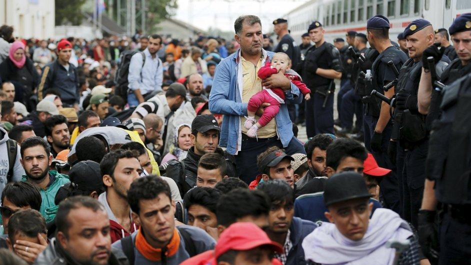Migranti čekají na vlak v chorvatském městě Tovarnik. Doufají, že se dostanou dále do Evropy.