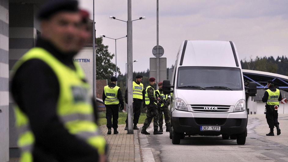 Kontrola na hraničním přechodu Nová Bystřice na Jindřichohradecku. Cvičení policistů a vojáků k uprchlické krizi.