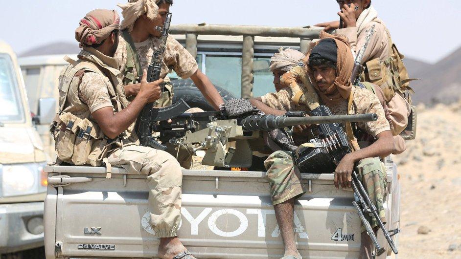 Bojovníci loajální jemenské vládě bojují proti povstalcům - Ilustrační foto.