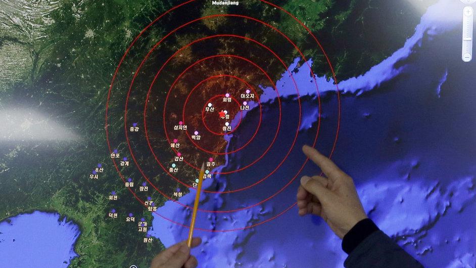 Jihokorejští meteorologové ukazují na epicentrum seismických vln, které značí výbuch bomby.