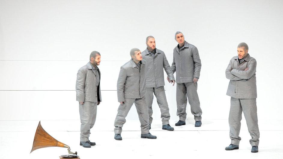 Na snímku z opery Jižní pól tým polárníka Amundsena v čele s pěvcem Thomasem Hampsonem.