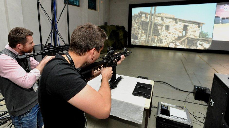 Simulátor od firmy Saab Czech si vyzkoušel i autor článku (na snímku vlevo)