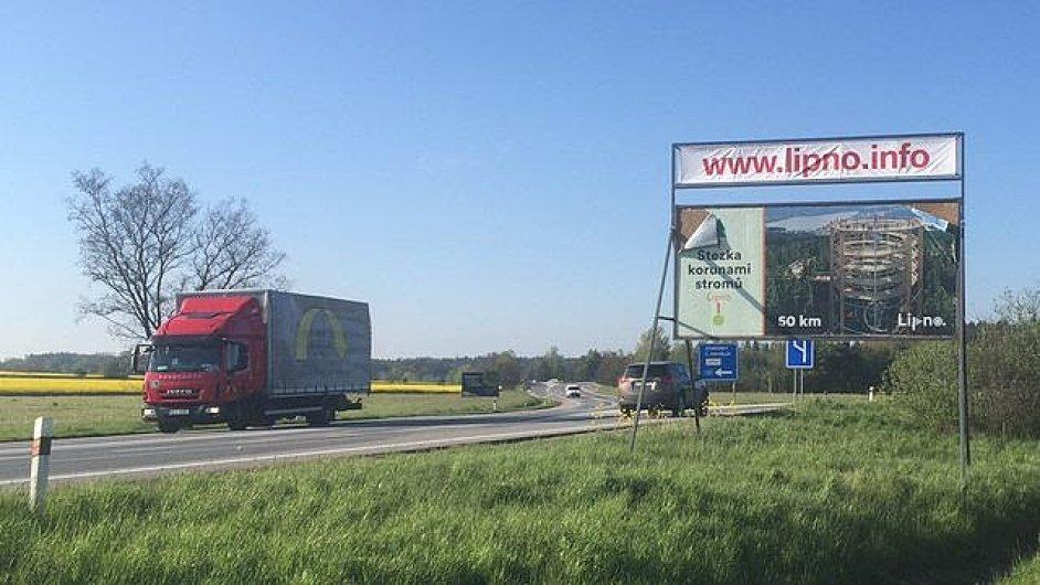 Podobné nepovolené billboardy jako v jižních Čechách trápí i Prahu.