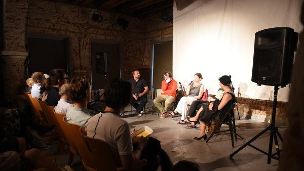 Na snímku z debaty jsou zleva Petr Fischer, Ondřej Slačálek, Radka Denemarková, Petra Hůlová a Saša Uhlová.