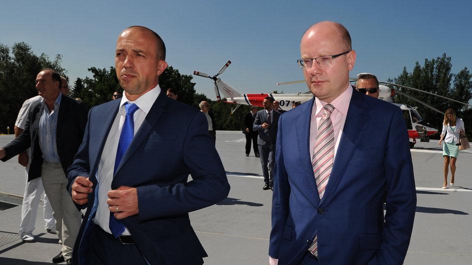 Bohuslav Sobotka při návštěvě plzeňské nemocnice s jejím ředitelem Václavem Šimánkem.