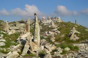 Kamenní mužíci někde stále ukazují směr cesty, jinde jsou jen rozmarem turistů