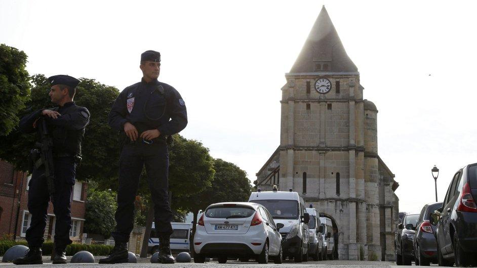Francouzská policie před kostelem nedaleko Rouenu, kde dva útočníci zabili kněze.