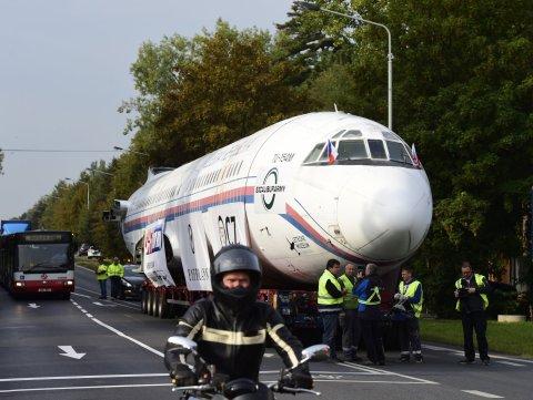 Naganský expres, bývalý vládní letoun převáží tahač z Prahy do kunovického muzea