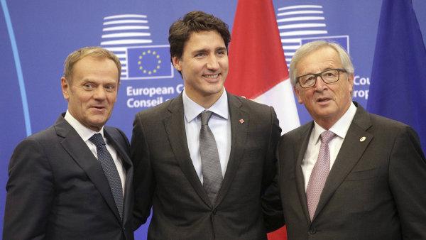 Zprava Jean-Claude Juncker, Justin Trudeau a Donald Tusk na nedělním summitu.