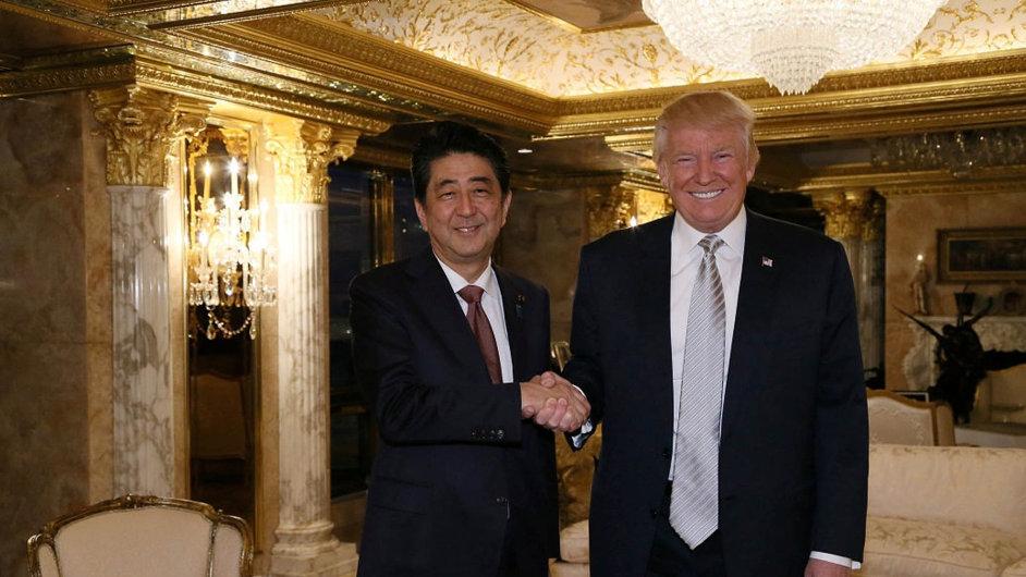Americký úsměv. Budoucnost dlouho vyjednávané obchodní dohody TPP je v oblacích. Japonský premiér Šinzó Abe ale vypadal po schůzce s Donaldem Trumpem spokojeně.