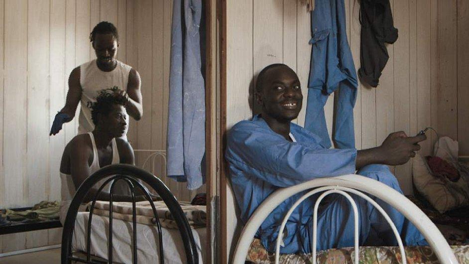 Na snímku z filmu The Workers Cup jsou dělníci Samuel z Ghany a Calton z Keni.