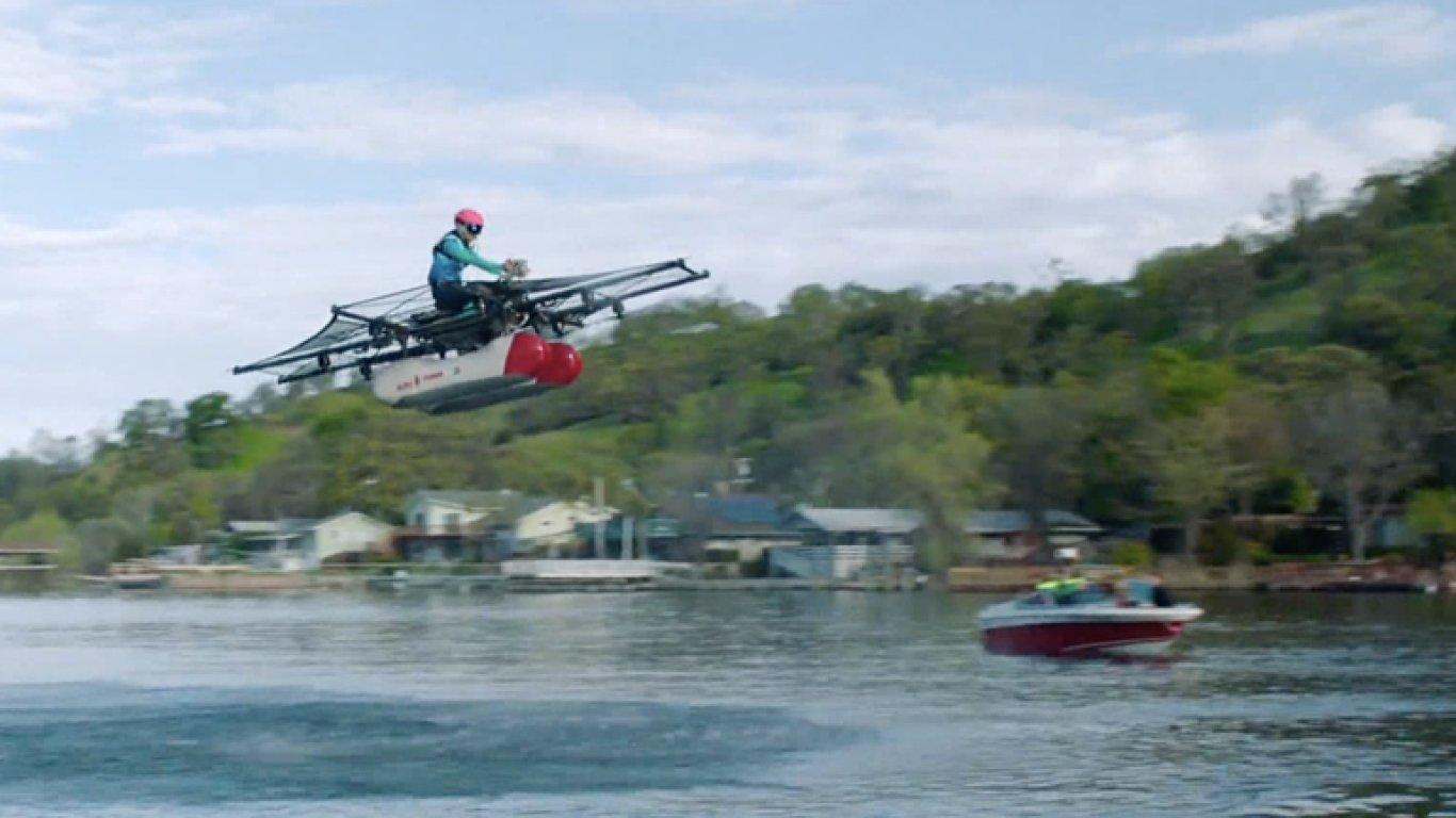 Nová hračka pro dospělé. S osobním vznášedlem budete létat jako pták, ale jen nad vodou