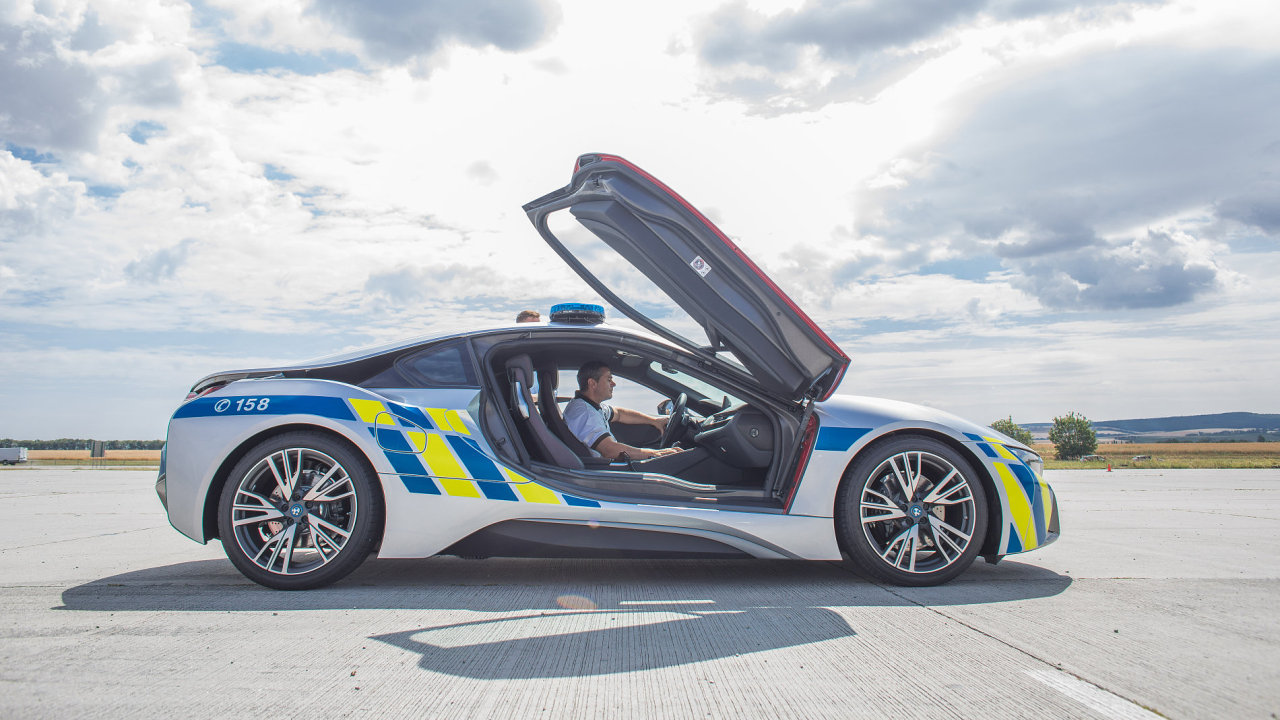Policisté se pochlubili dalším BMW i8.