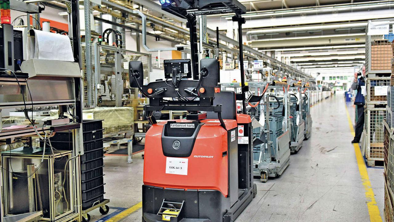 Automatické vozíky v jihlavském závodu Bosch Diesel vozí prázdné obaly do výroby a hotové výrobky zpět.