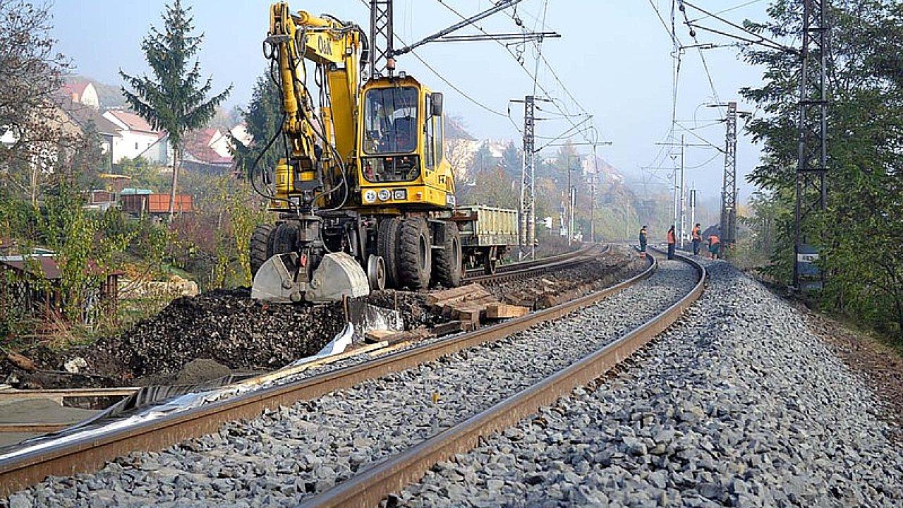 Železniční stavitelství vábí nové investory. Snímek z rekonstrukce koleje mezi Litoměřicemi a Velkými Žernoseky, který prováděla litoměřická firma Chládek & Tintěra.