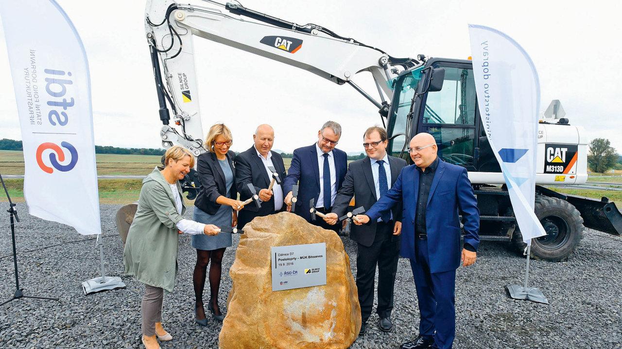 Karel Rypl (zcela vpravo) loni v září při slavnostním zahájení výstavby nového úseku na severočeské dálnici D7 (zakázku získala Ryplova firma Silnice Group).
