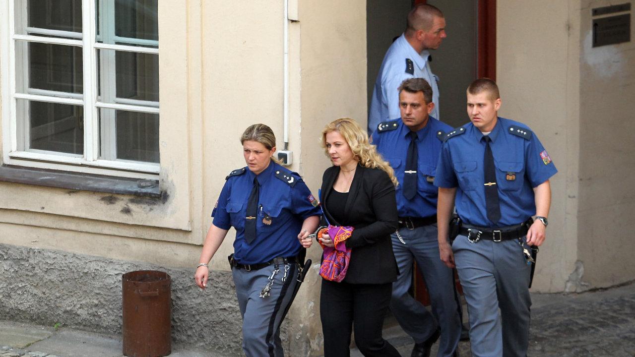 Jana Nagyová u soudu s Karlem Randákem.