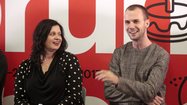 Debata o lovebrandech na Forum Media 2017. Zleva Zuzana Behová (Palírna U Zeleného stromu) a Filip Šimoník (Ambiente)