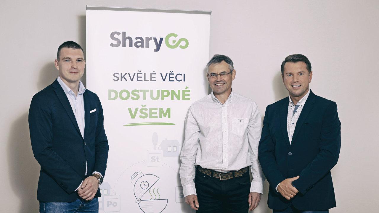 Zleva šéf SharyGo Dan Erlebach spolu s firemními investory Janem Zadákem a šéfem Armex Group Hynkem Saganem
