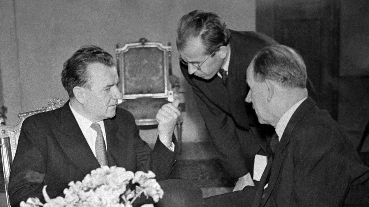 Klement Gottwald na snímku s Gustávem Husákem a Antonínem Zápotockým