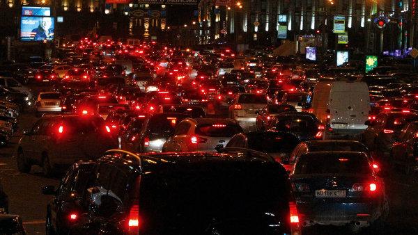 Tak to může jednou vypadat i v Praze (na záběru je dopravní zácpa v Moskvě)