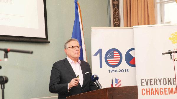 Americký novinář přednášel v Praze