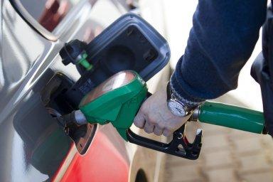 Analytici očekávají, že pohonné hmoty budou zlevňovat také v dalším týdnu.