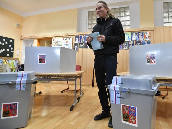 Předseda Pirátů Ivan Bartoš odevzdal 5. října 2018 ve volebním středisku v ZŠ Sázavská v Praze svůj hlas v komunálních volbách.