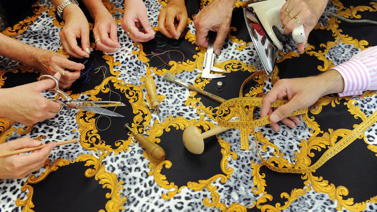 Vrcholné řemeslo je o maximálním podílu ruční práce. Naše ruce.