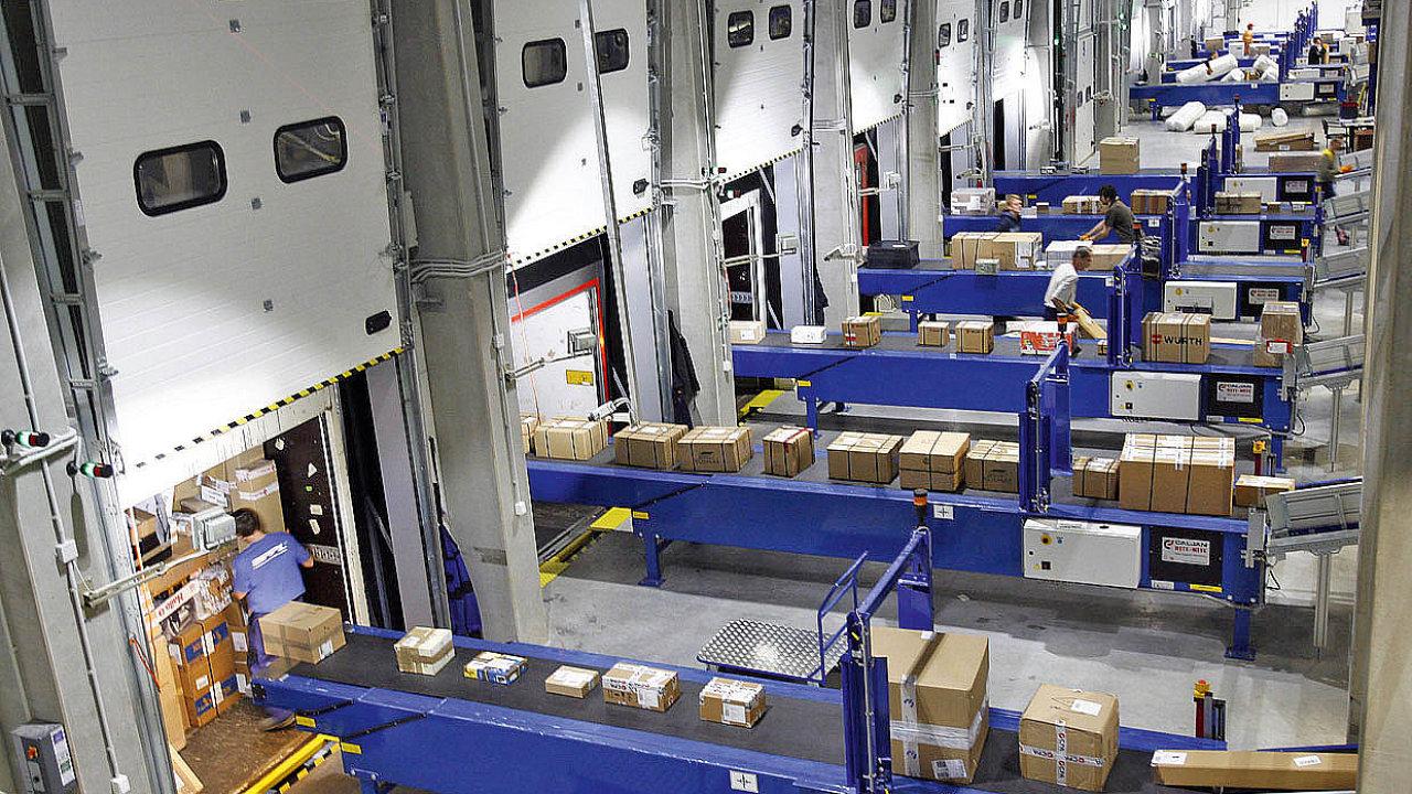Centrální překladiště PPL  v Jažlovicích. Na snímku úsek vykládání nákladu z kamionu