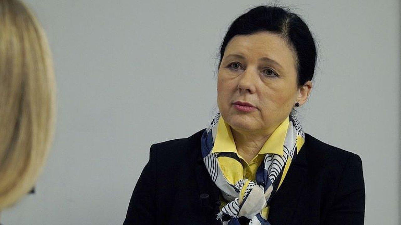 Horší jídlo pro východní Evropu? Zlepšuje se to, chci zavést sankce, říká Jourová.