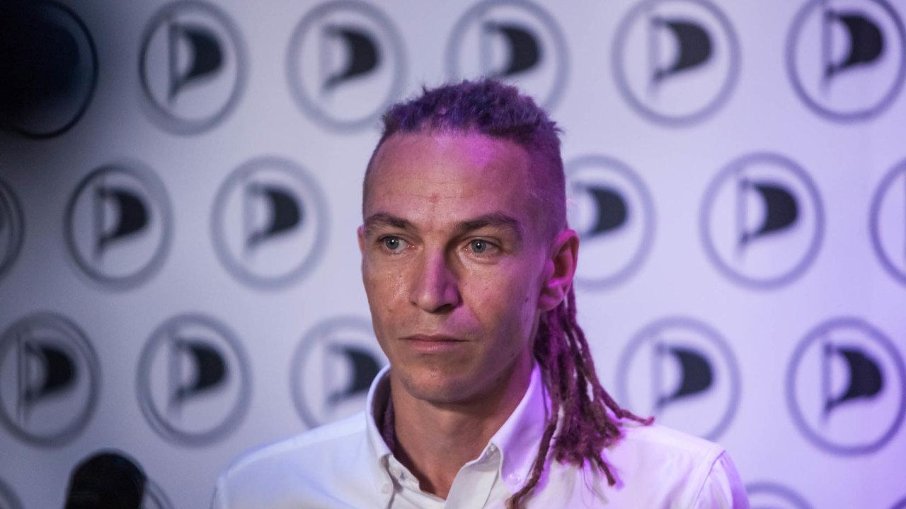 Z možnosti právo: Z možnosti komunikovat se státem on-line se stává právo, komentoval nový návrh zákona Ivan Bartoš za piráty.