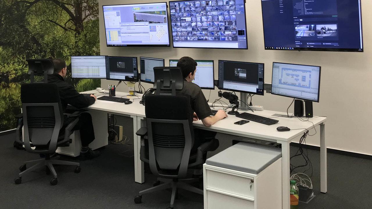 Vidíme vás! Pražští operátoři Securitas dohlížejí nastovky bezpečnostních kamer umístěných vareálech firemních klientů.