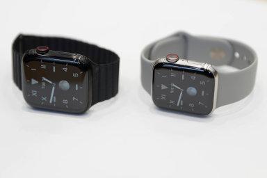 Příkladem takového zboží jsou třeba chytré hodinky, které mohou plnitsvůj účel jen saplikací, kterou si spotřebitel musí stáhnout dochytrého telefonu.