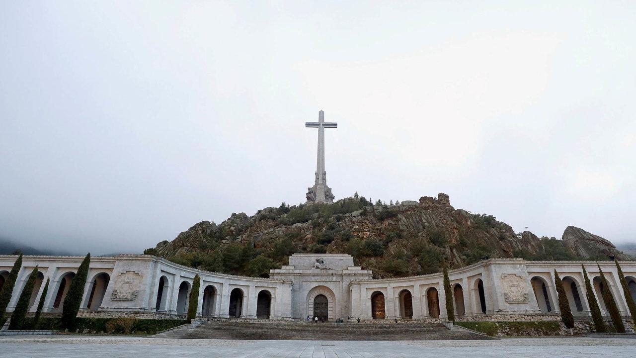 Stavba památníku v Údolí padlých, který se stal na 44 let Frankovým hrobem, trvala 18 let. Podílely se na ní takétisíce politických vězňů.