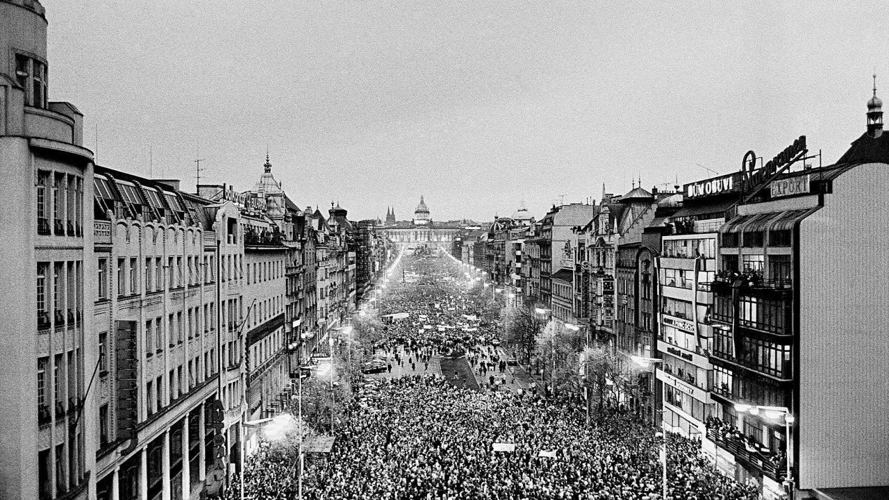 Tři dny po brutálním zákroku pořádkových sil proti studentům na Národní třídě se Václavské náměstí poprvé zaplnilo desetitisíci lidí. Podle odhadů jich přišlo více až 150 tisíc.