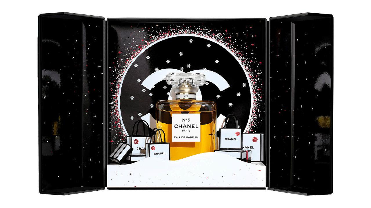 Sněhově bílá. Nadčasová kabelka Chloé C kombinuje nejjemnější telecí kůžiapropracovaný semiš. Cena 28290 Kč, prodává PAŘÍŽSKÁ 17.