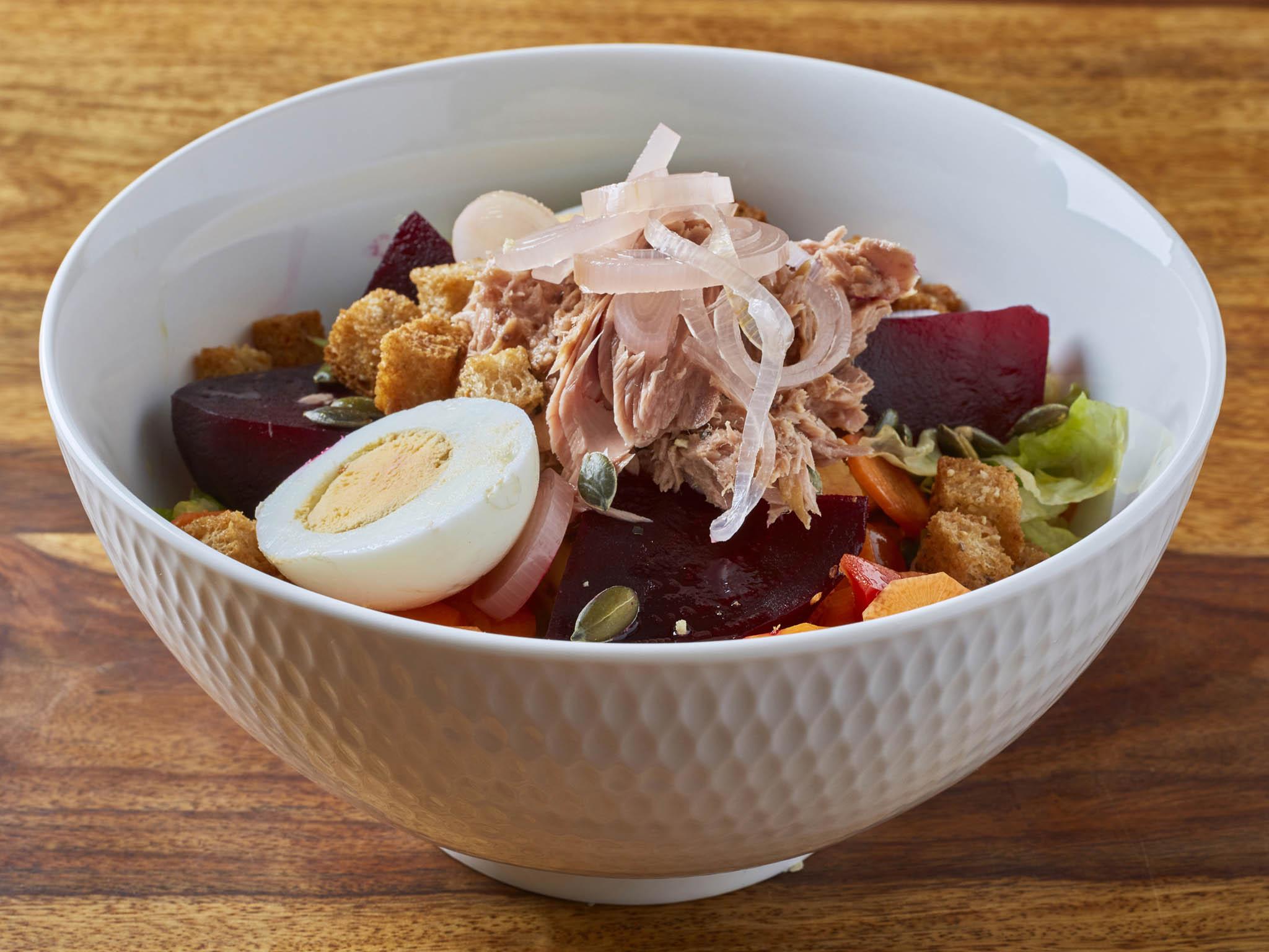 Novinkou jsou velké misky čerstvých salátů s inspirací ve Francii, Itálii či Vietnamu.