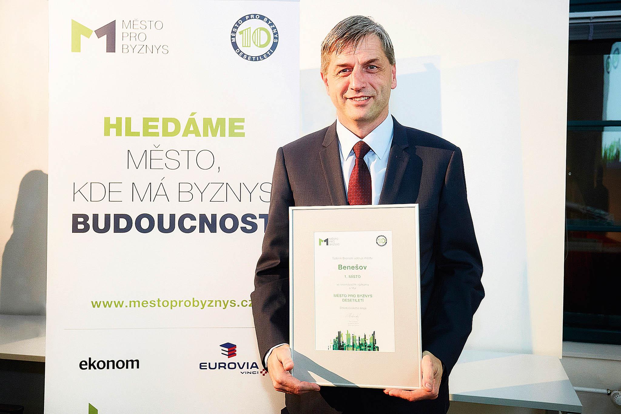 Jednoznačným vítězem se veStředočeském kraji stal Benešov, zakterý převzal cenu místostarosta městaRoman Tichovský.