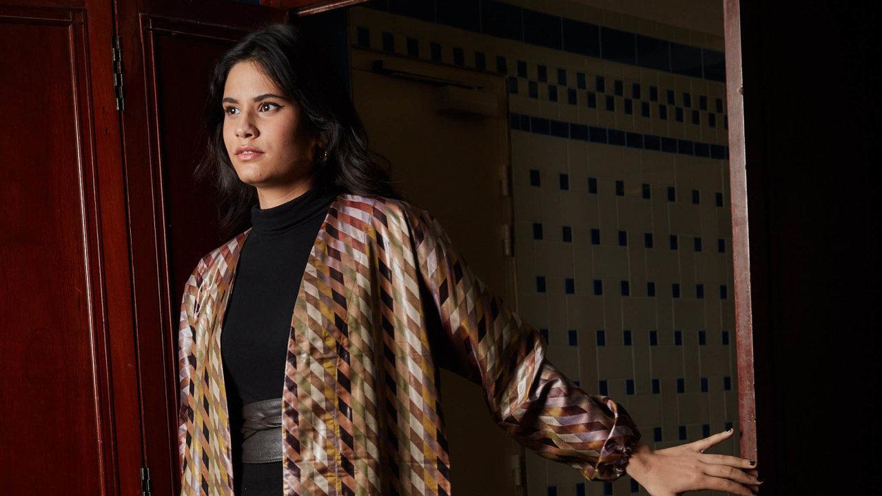 Druhá šance. Módní návrhářka Gaëlle Constantiniová používá obnošené oděvy ze second handů, ze kterých tvoří vlastní kolekce. Jednu znich ušila izvyřazených závěsů zfrancouzského Senátu.