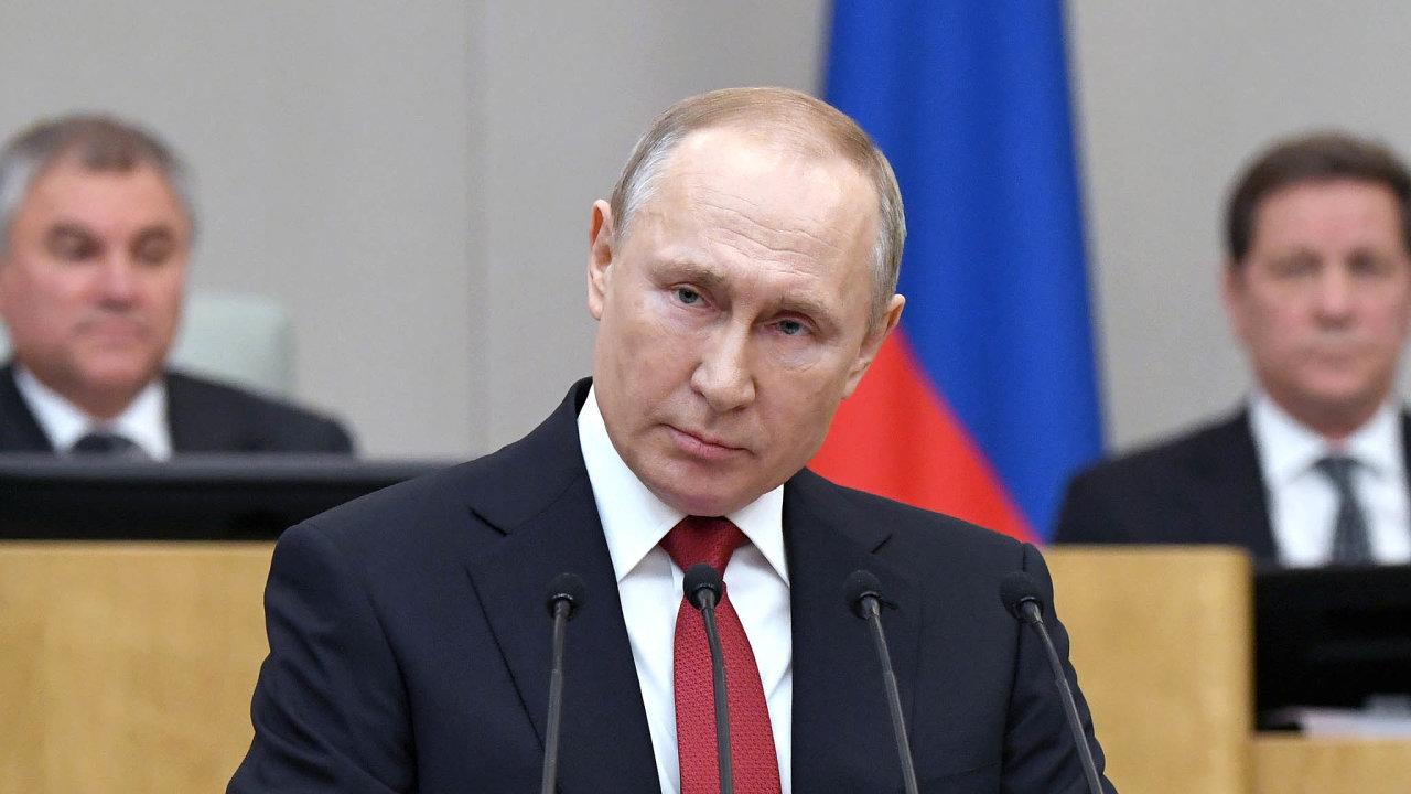 Putin řekne, Státní duma hlasuje. Státní duma schválila návrh změny ústavy hlasy 383poslanců, nikdo nebyl proti, 43 komunistů se zdrželo. Prezident Vladimir Putin má širší manévrovací prostor.
